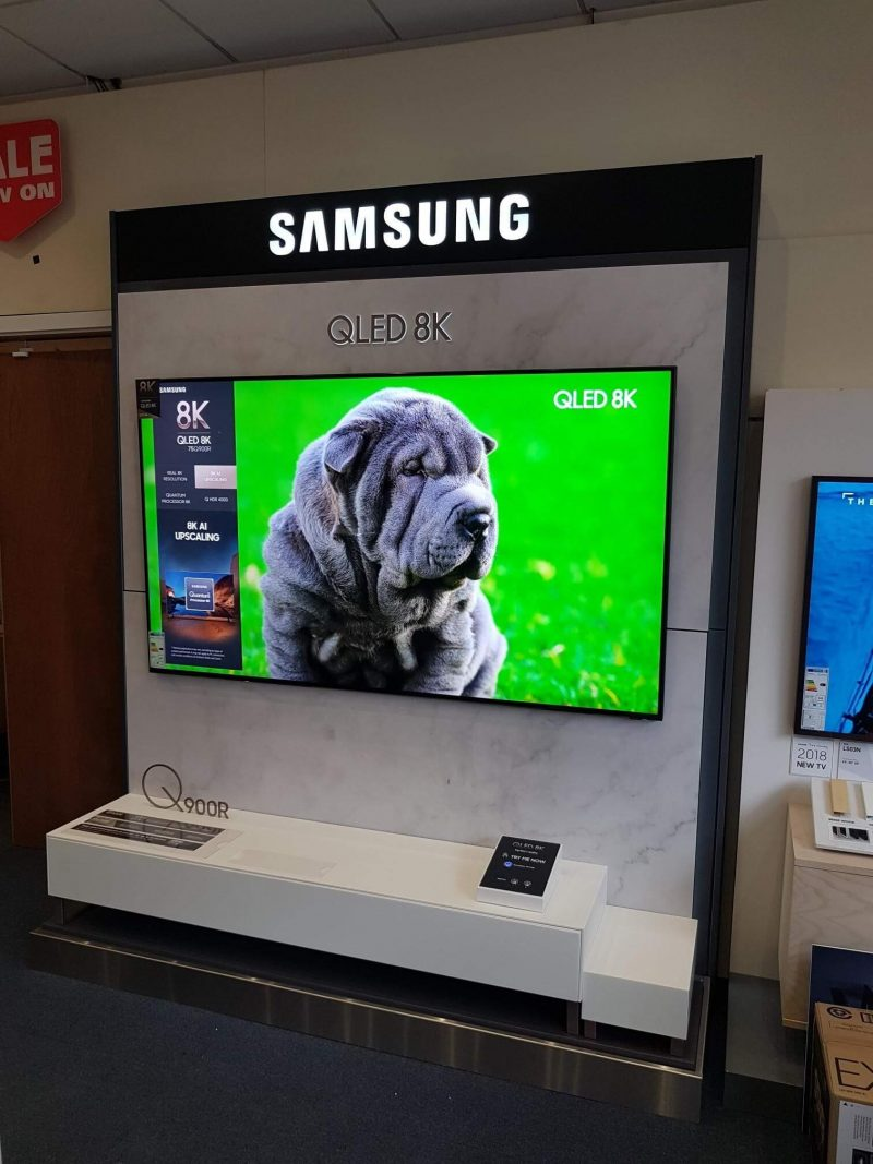 dog on tv at samsung stand